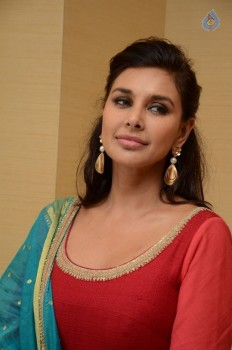 Lisa Ray Photos