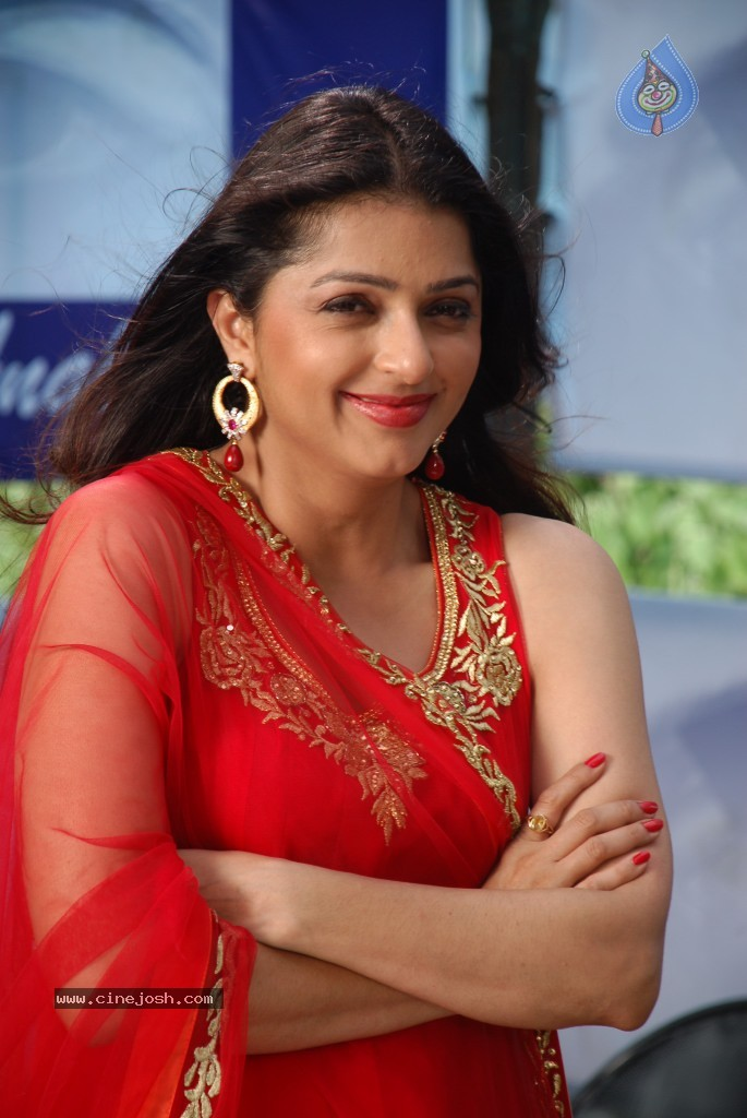 Bhumika Chawla looking gorgeously sexy and Hot in red chudidar - Page ...