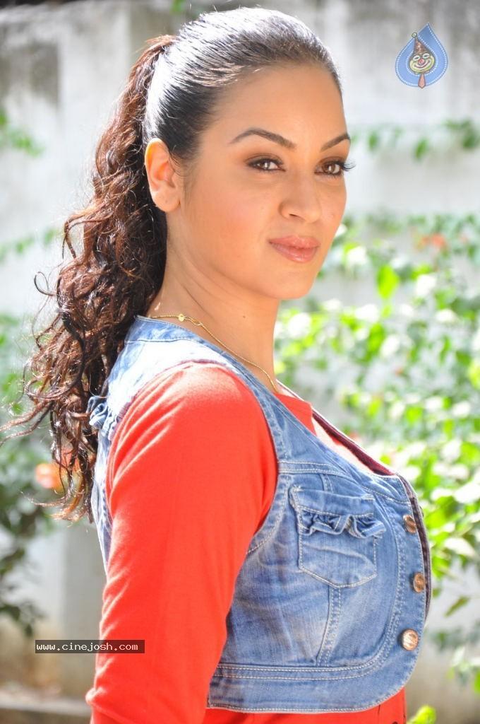 Maryam-Zakaria-Hot-Stills