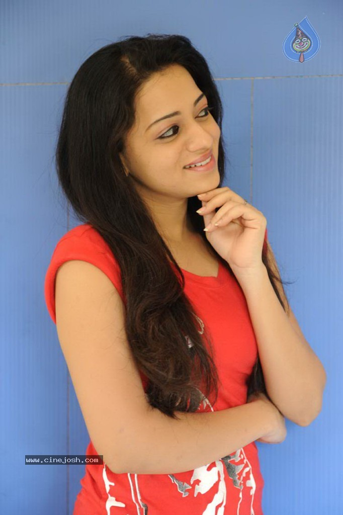 Reshma Photos http://www.cinejosh.com/telugu-actress-photos/7491/2/7/reshma-latest-gallery.html