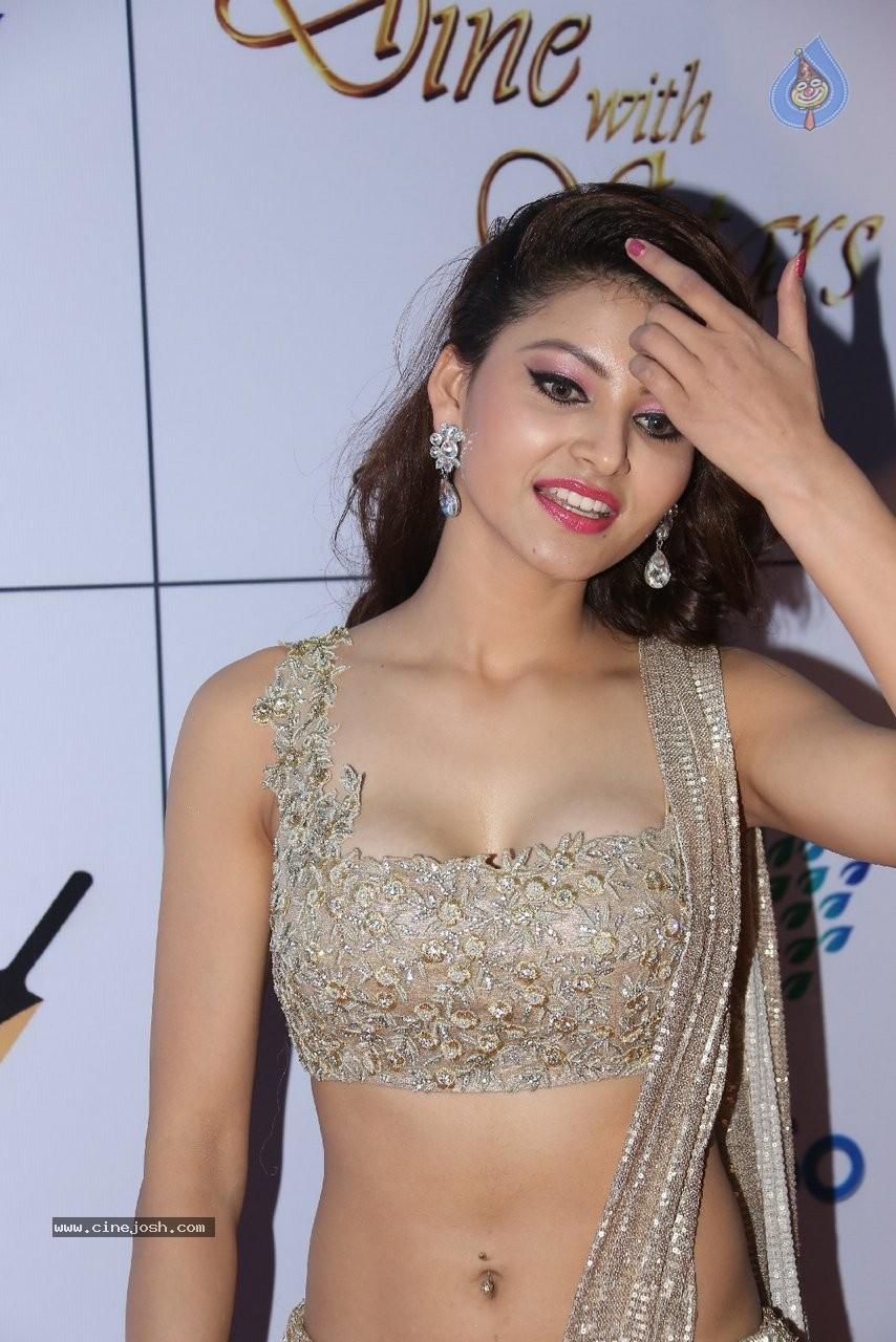 Urvashi rautela spicy hot actress hot saree hot navel hot for Lovely hot pics
