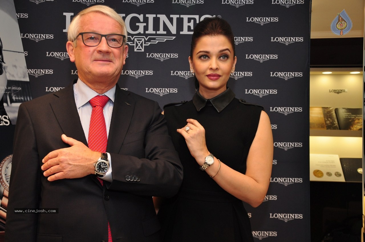 http://www.cinejosh.com/gallereys/bollywood/normal/aishwarya_rai_inaugurates_new_longines_boutique_0412140931/aishwarya_rai_inaugurates_new_longines_boutique_0412140931_012.jpg