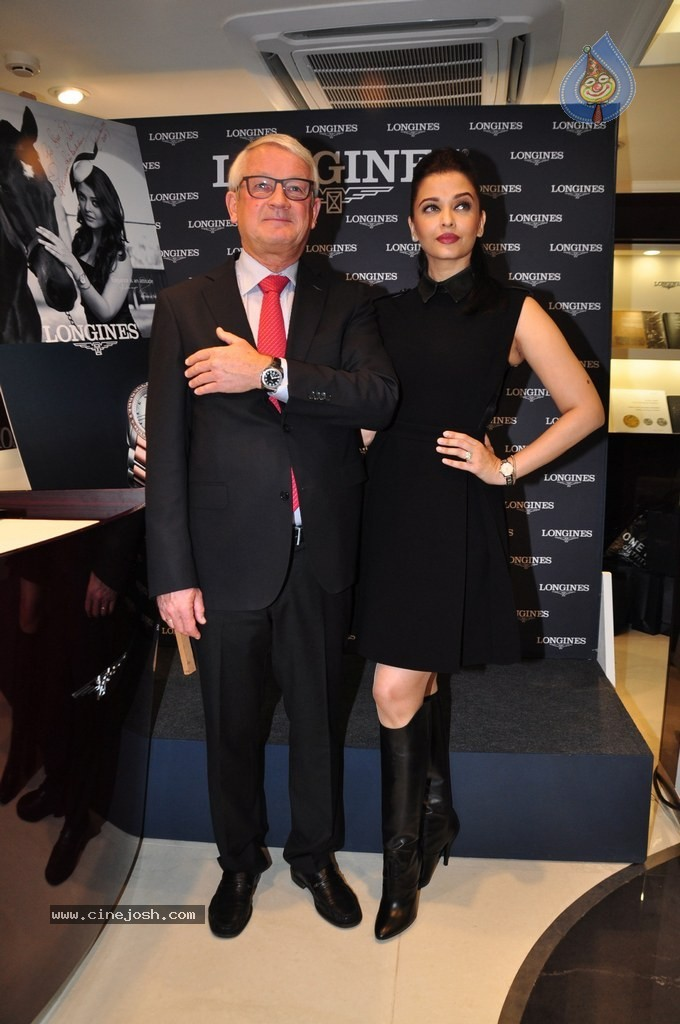 http://www.cinejosh.com/gallereys/bollywood/normal/aishwarya_rai_inaugurates_new_longines_boutique_0412140931/aishwarya_rai_inaugurates_new_longines_boutique_0412140931_013.jpg
