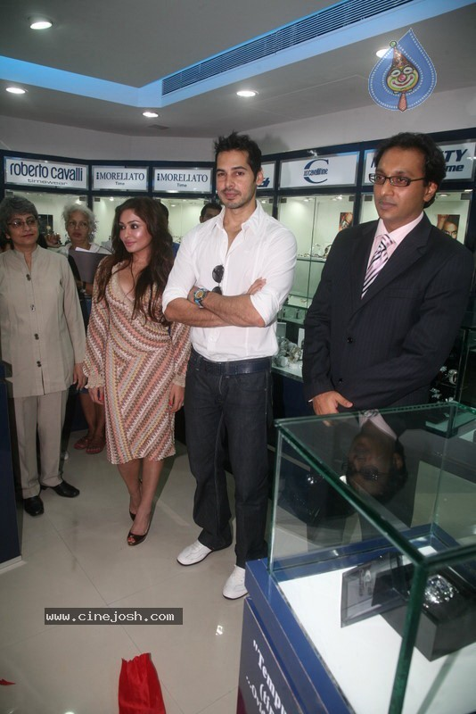 2010 - Page 2 Dino_morea_inaugurated_bezel_watch_store_007