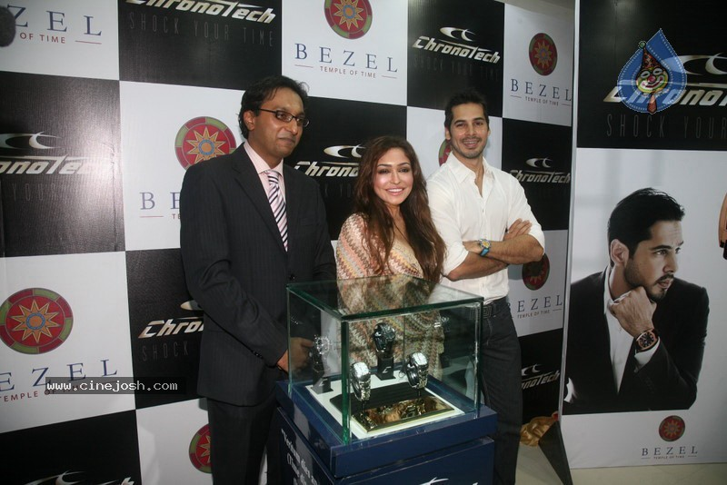 2010 - Page 2 Dino_morea_inaugurated_bezel_watch_store_008