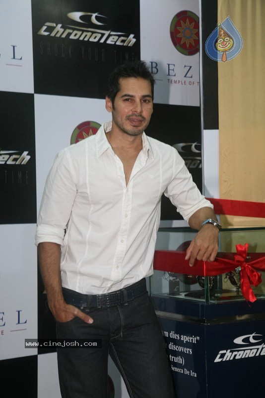 2010 - Page 2 Dino_morea_inaugurated_bezel_watch_store_011