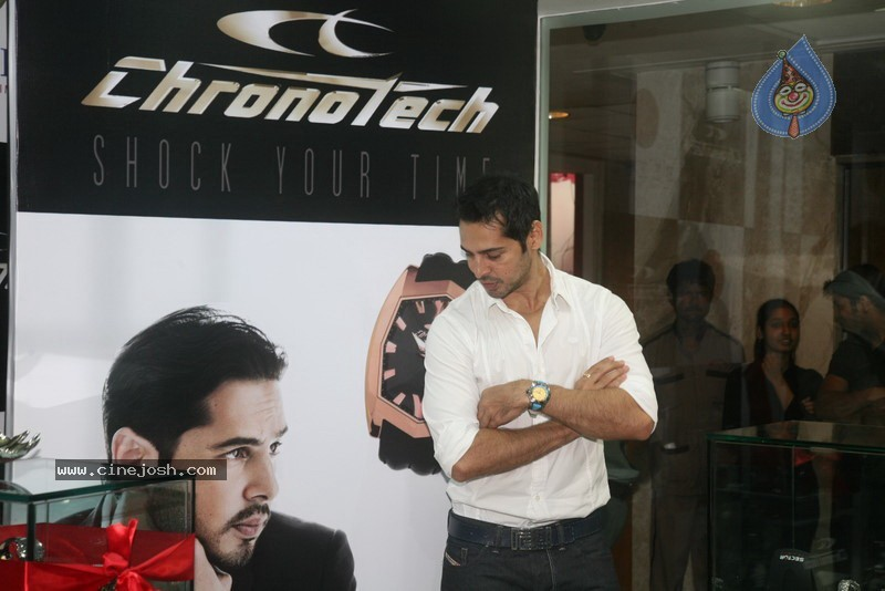 2010 - Page 2 Dino_morea_inaugurated_bezel_watch_store_012