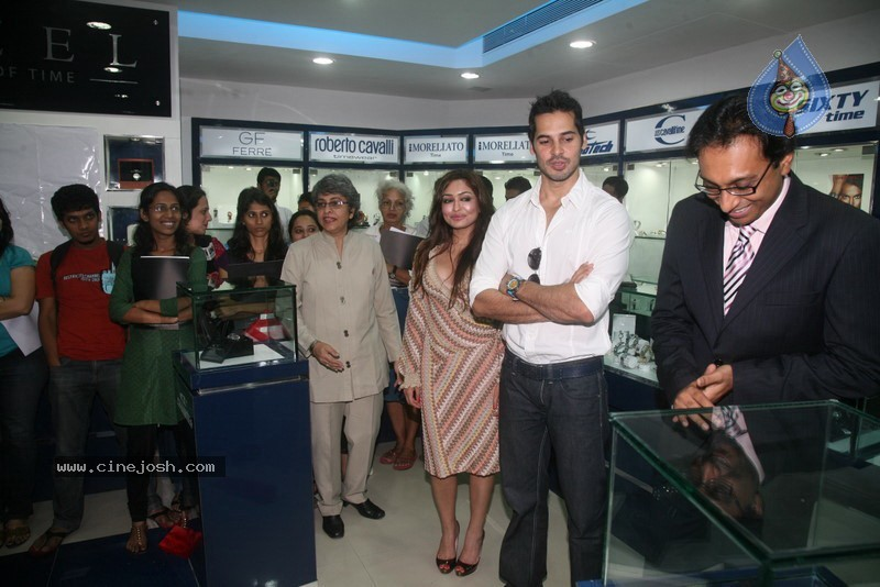 2010 - Page 2 Dino_morea_inaugurated_bezel_watch_store_016