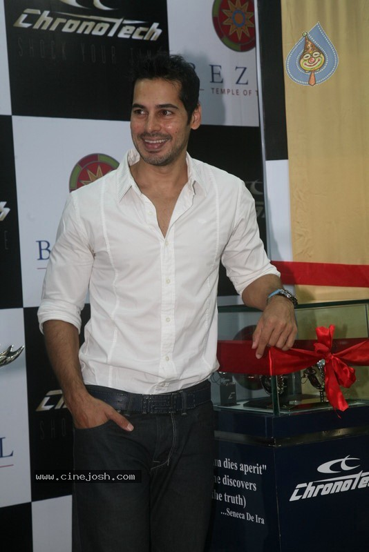 2010 - Page 2 Dino_morea_inaugurated_bezel_watch_store_018