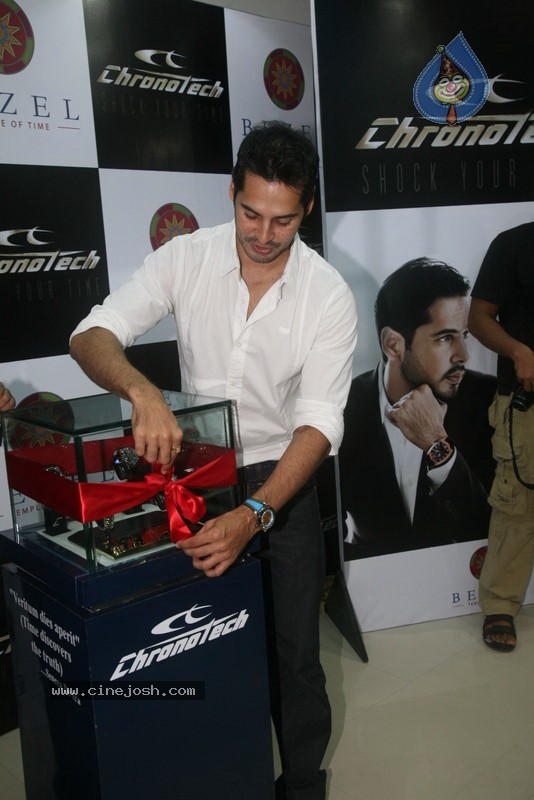 2010 - Page 2 Dino_morea_inaugurated_bezel_watch_store_020