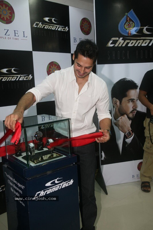 2010 - Page 2 Dino_morea_inaugurated_bezel_watch_store_024