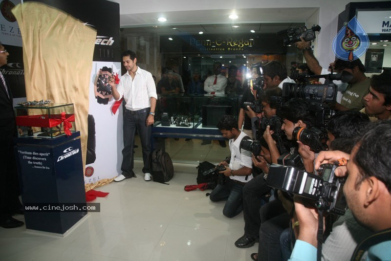 2010 - Page 2 Dino_morea_inaugurated_bezel_watch_store_025
