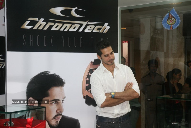 2010 - Page 2 Dino_morea_inaugurated_bezel_watch_store_026