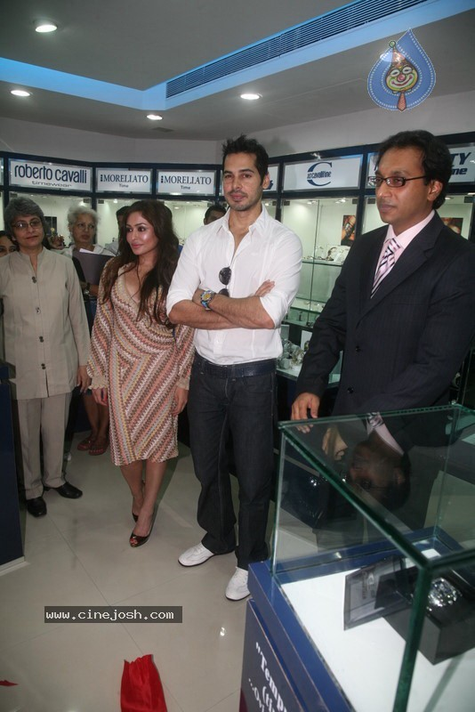 2010 - Page 3 Dino_morea_inaugurated_bezel_watch_store_027