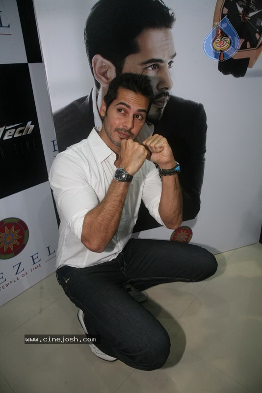 2010 - Page 3 Dino_morea_inaugurated_bezel_watch_store_029