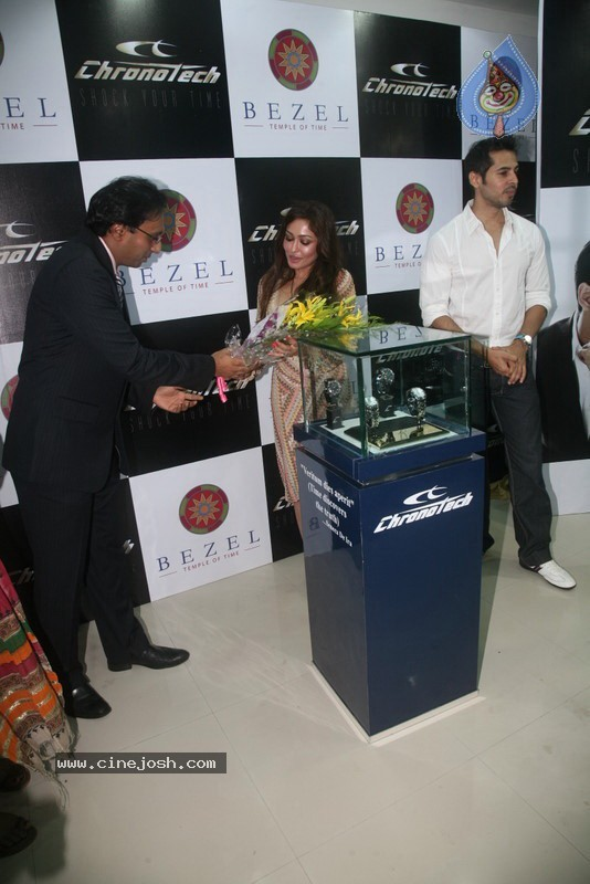 2010 - Page 3 Dino_morea_inaugurated_bezel_watch_store_031