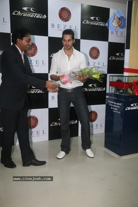 2010 - Page 3 Dino_morea_inaugurated_bezel_watch_store_036