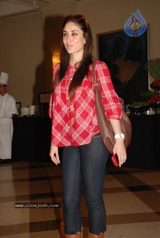 Kareena Kapoor promotes Rujuta Diwekar's diet book - Photo ...