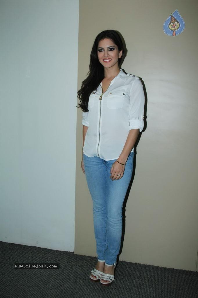 Galleries Actor Sunny Leone at Saregama Wap Portal PM : 14 / 26 photos