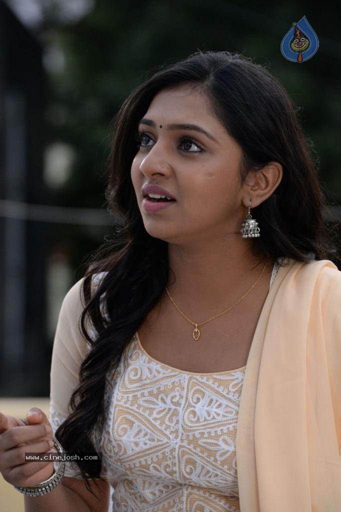 Naan Sigappu Manithan Tamil Movie New Stills - Photo 11 of 33 Naan Sigappu Manithan Tamil Movie