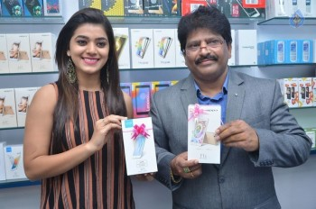 Yamini Bhaskar Launches Cellbay Mobile Store
