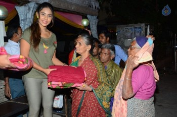 Sri Reddy Distributes Blankets for Orphans - 13 of 40