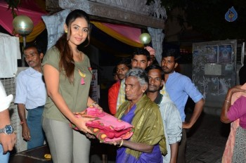 Sri Reddy Distributes Blankets for Orphans - 20 of 40
