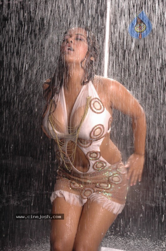 http://www.cinejosh.com/gallereys/spicy/normal/mumaith_khan_spicy_stills/mumaith_khan_spicy_stills_096.jpg