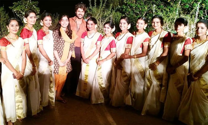 vijay deverakonda,rashmika mandanna,kerala,photo,kannada ladies  విజయ్ కన్నడభామల్ని లైన్లో పెడుతున్నాడు