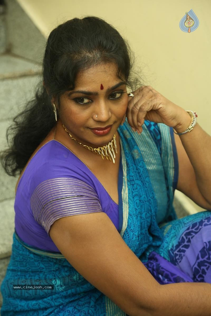 Jayavani New Stills - 7 / 31 photos