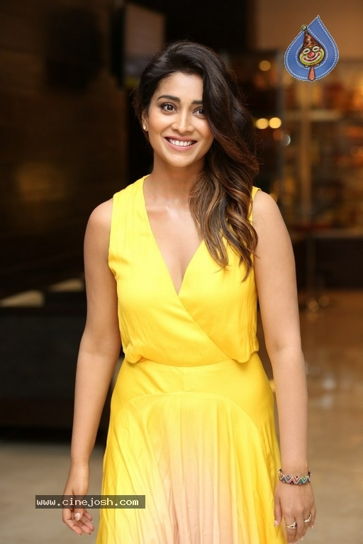 Shriya Saran Photos - 18 / 18 photos