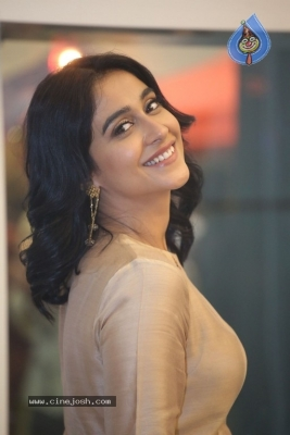 Regina Cassandra Photos - 5 of 21