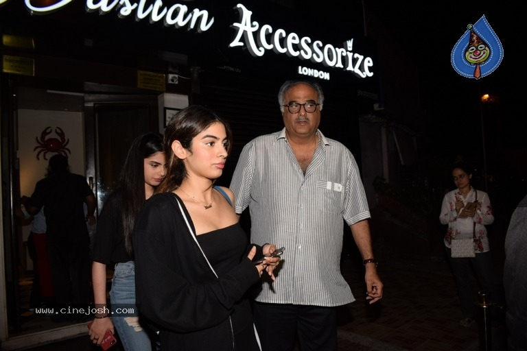 Khushi Kapoor And Janhvi Kapoor Spotted At Bastian - 7 / 9 photos