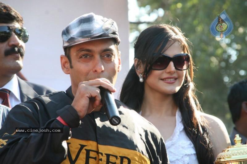 Salman Khan,Zarine Khan At Veer Exhibition Race - Photo 32 of 43