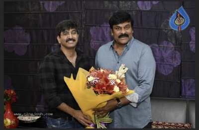Chiranjeevi With Arjun Suravaram Team  - 5 of 9