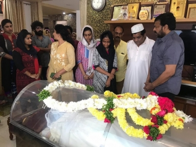 Chiranjeevi  Condolences On The Demise Of Ali Mother - 14 of 15