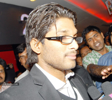 Hot TV anchor touching Allu Arjun here and there.