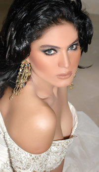 Pakistan Babe goes Naked in Bigg House!