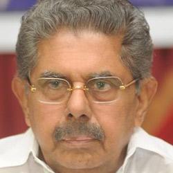 Vayalar Ravi submits report to Sonia Gandhi on AP's situation