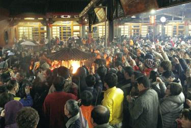 New Year rush at temples