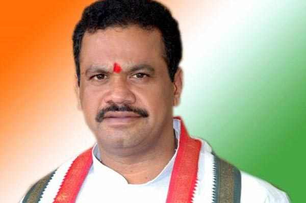 Komatireddy asks KCR to complete pending projects