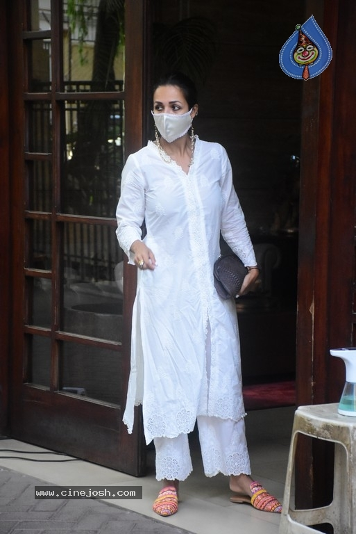 Malaika Arora Spotted at her House - 1 / 11 photos