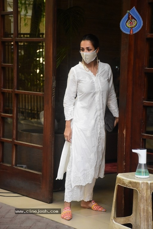 Malaika Arora Spotted at her House - 8 / 11 photos