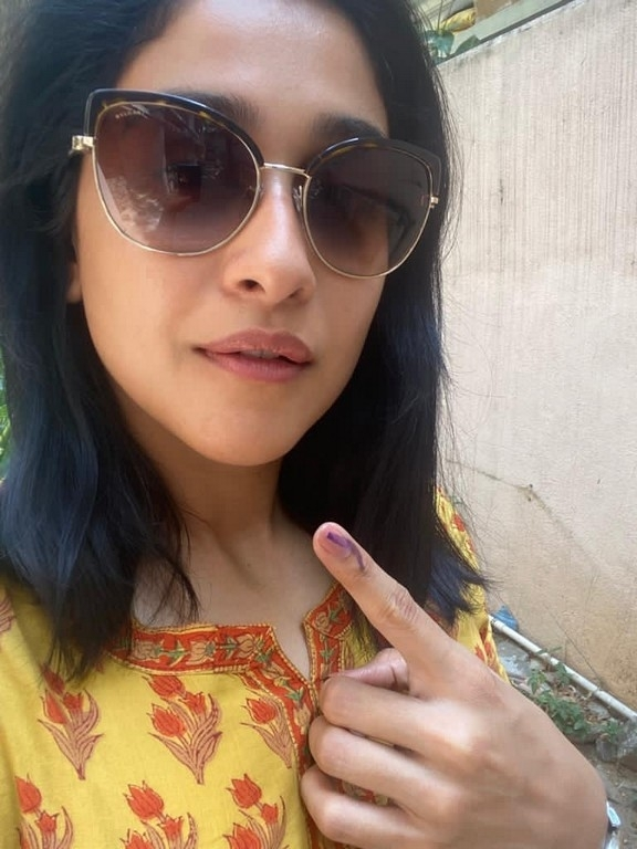 Celebrities casting vote in TN Elections - 5 / 35 photos