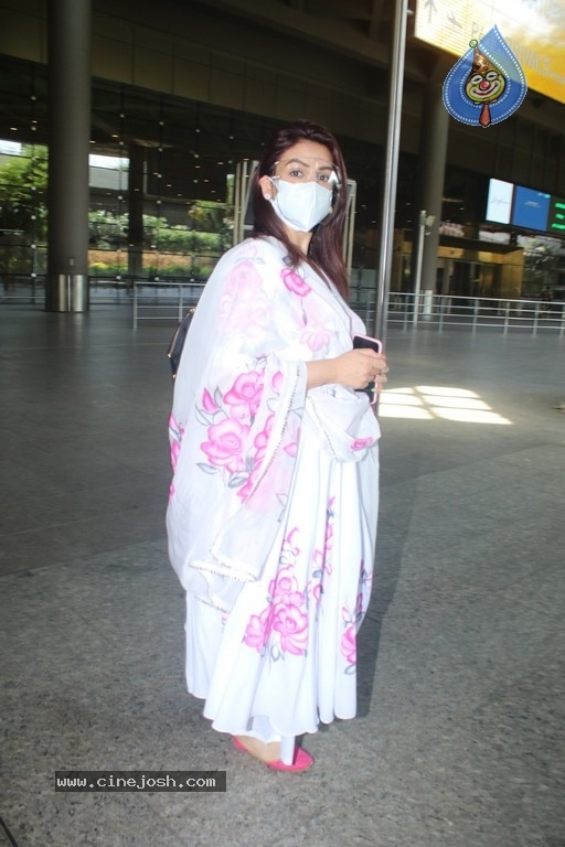 Akriti Kakar Spotted At Airport - 4 / 17 photos