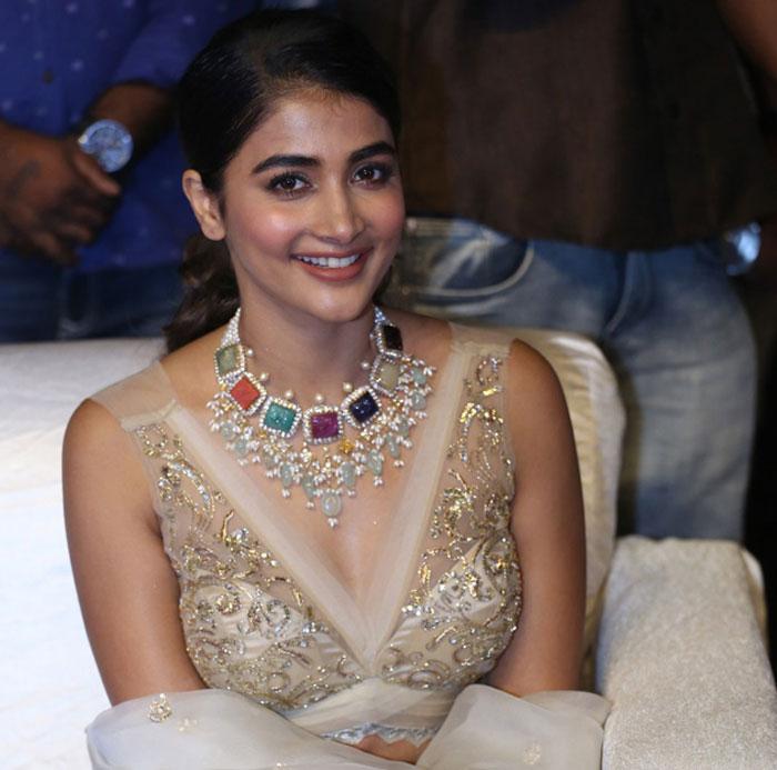pooja hegde,heroine,blockbuster,maharshi,mahesh babu,dream  ఈ భామకు బ్లాక్బస్టర్ ఇక కలేనా?