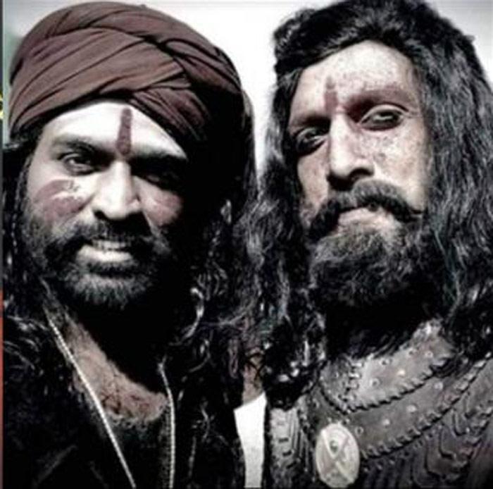 vijay sethupathi,kiccha sudeep,sye raa narasimha reddy,look,revealed  అవుకు రాజుతో ఓబయ్య.. లుక్ సూపర్బ్