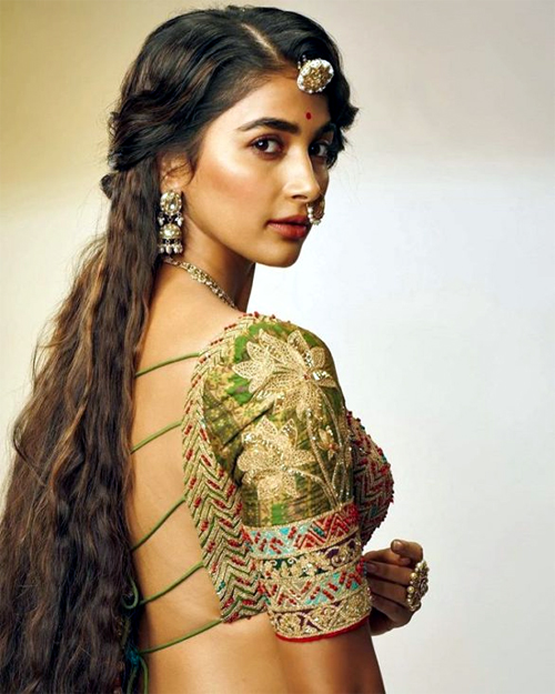 actress pooja hegde,bollywood,tollywood,golden girl,pooja hegde  టాలీవుడ్ గోల్డెన్ గాళ్కు బాలీవుడ్లో లక్కీ ఛాన్స్!