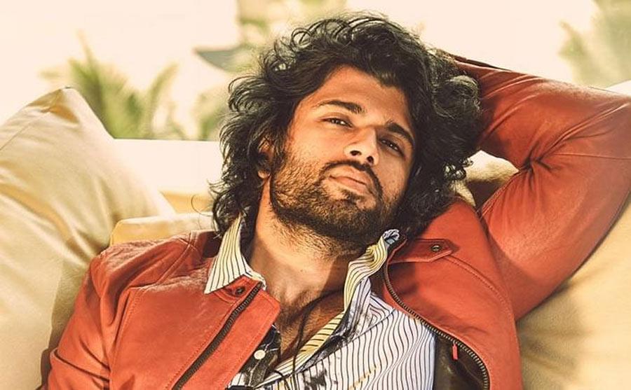 vijay deverakonda,liger movie,vijay deverakonda look change,puri jagannadh,charmi,karan johar,liger climax  క్లైమాక్స్ కోసం లుక్ చేంజ్ చేసిన దేవరకొండ