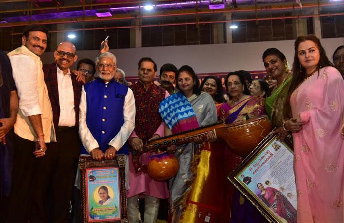 tsr,t subbarami reddy,tsr birthday celebrations,abhinaya mayuri,jayasudha,vizag  జయసుధకు 'అభినయ మయూరి' ప్రదానం